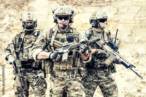 Fotografía  Group portrait of US army elite members, private military company servicemen, anti terrorist squad fighters standing together with guns