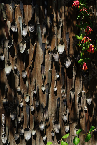 Foto op Aluminium Wand Old flatware hanging on wooden wall