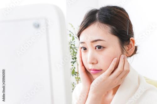Obraz na plátne 部屋でスキンケアをする若い女性