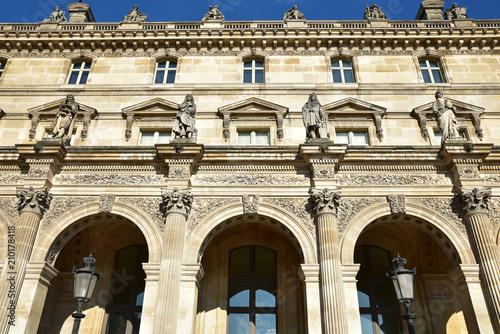 Statues des grands hommes palais du Louvre à Paris, France Poster