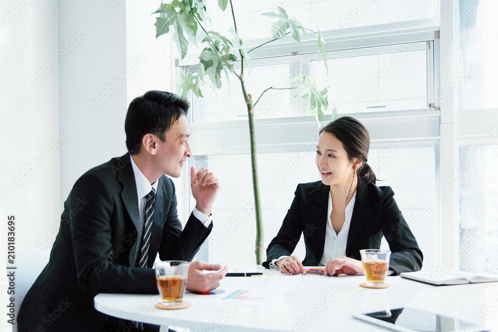 Fototapeta 和やかな会議(ビジネスイメージ)