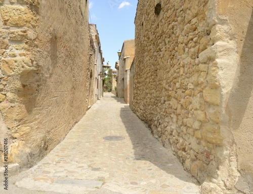 Deurstickers Smal steegje Street in medieval village of Girona, Spain