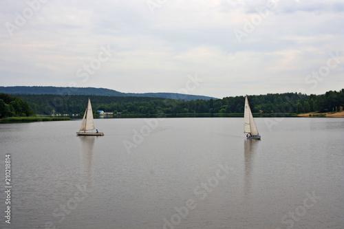 Photo  Żaglówki na jeziorze, w tle góry