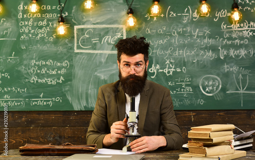 Photo  Bearded man work with microscope