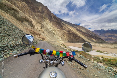 Photo  Motorcycling the Leh Manali Highway, a high altitude road that traverses the great Himalayan range, Ladakh, India