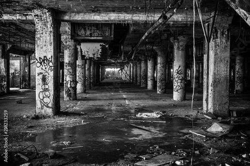 Autocollant pour porte Les vieux bâtiments abandonnés Inside An Old Abandoned Factory In Detroit Michigan