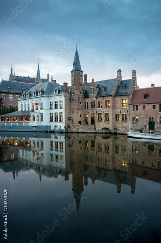 Deurstickers Brugge Abenddämmerung in Brügge