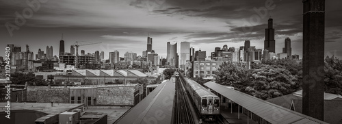 Photo sur Toile Chicago Chicago Skyline from the west side with the train