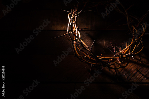 Foto An authentic crown of thorns on a wooden background. Easter Theme