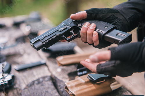 Fotografia sports shooting instructor check your weapons close-up