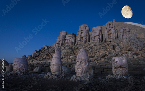 Fotomural Giant seated statues of Nemrut Mountain