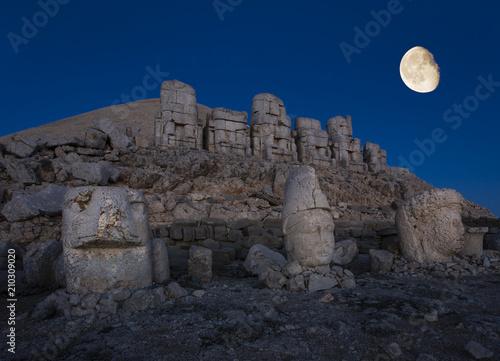 Cuadros en Lienzo Giant seated statues of Nemrut Mountain