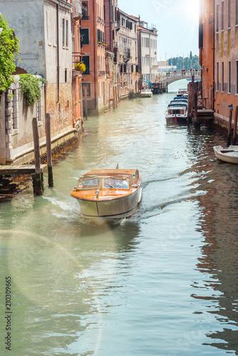 Foto op Plexiglas Venetie Bateau taxi à Venise