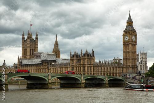 Obraz na dibondzie (fotoboard) Czerwony autobus przed Big Ben