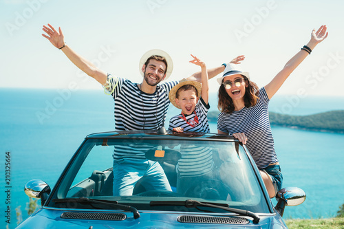 фотографія  Happy family travel by car to the sea