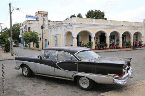Papiers peints Vintage voitures Wunderschöner schwarz-weißer Oldtimer auf Kuba (Karibik)