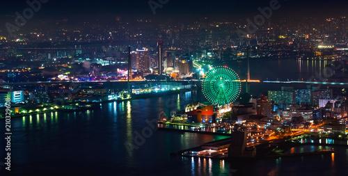 Fototapeta premium Widok z lotu ptaka na obszar portowy Osaka Bay z diabelskim młynem w nocy