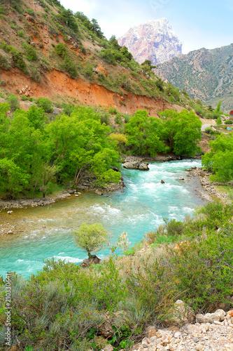 Dolina rzeczne  Tadżykistanie  - fototapety na wymiar