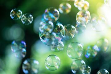 Bunte Seifenblasen im Park, Leichtigkeit und Freude