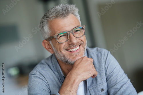 Obraz Middle-aged guy with trendy eyeglasses - fototapety do salonu