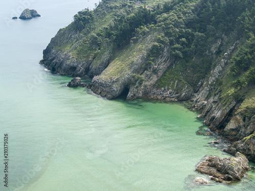 Foto op Canvas Kust Sedimentos en las aguas turquesas de los acantilados de la costa litoral de Cantabria
