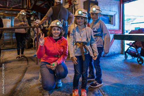 Türaufkleber Phantasie Family visit to abandoned coal mine in Wales