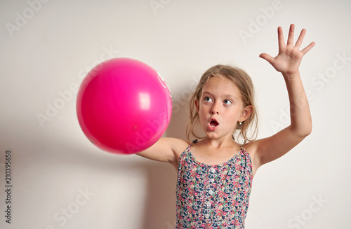 Photo  cheerful child with a red balloon