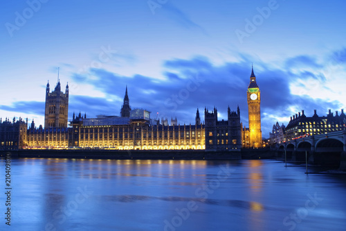 Photo Big Ben in London city, United Kingdom. dark scene sunset