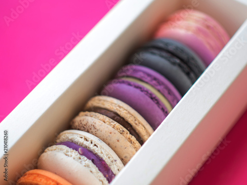 In de dag Macarons Colorful macarons in a gift box, assorted colors.