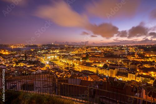 Plakat Zmierzch miasta widok Lisbon od Nossa Senhora robi Monte belwederowi, Portugalia