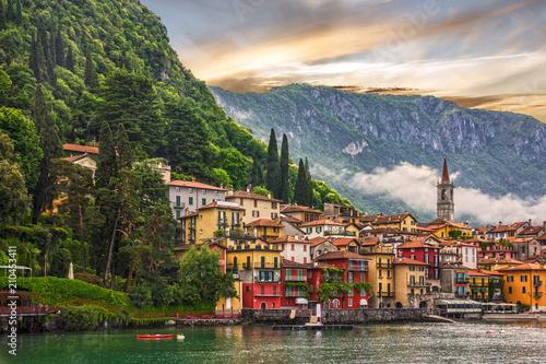 Foto auf AluDibond Stadt am Wasser Como lake, Varenna town sunsrt view, Italy, Lombardy