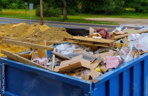 Fotografía  Blue construction debris container filled with rock and concrete rubble