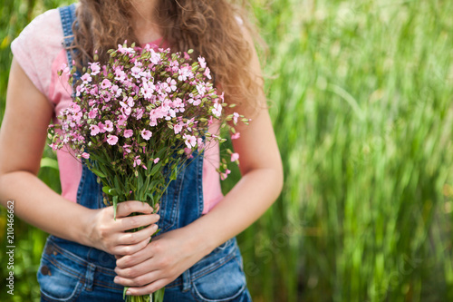 Fotografía  Young woman with pink flowers as gift, Happy birthday or anniversary concept etc