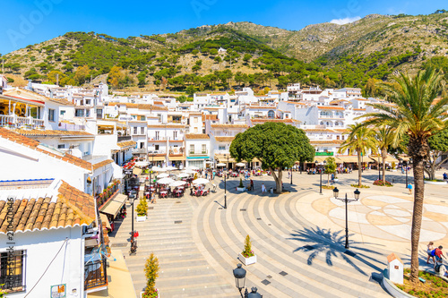 Photo MIJAS VILLAGE, SPAIN - MAY 9, 2018: Main square with houses in picturesque white village of Mijas, Andalusia