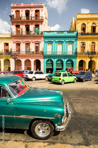 Photo classic car and colored buildings in Havana