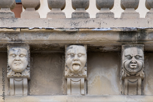 Fotografía Closeup view of mascarons with funny faces under the balcony of a baroque palace