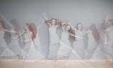 kobieta ruchu podwójnej ekspozycji - 210511240