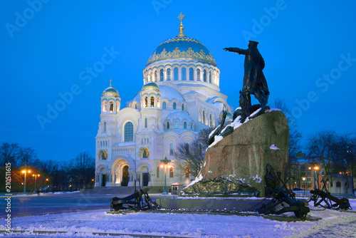 Papiers peints Con. ancienne Monument to Admiral S.O. Makarov on the background of the St. Nicholas Naval Cathedral on March evening. Kronstadt