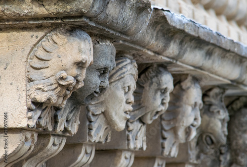 Photo Closeup view of mascarons with funny faces under the balcony of a baroque palace