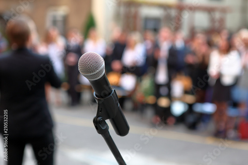 Foto Microphone and stand in front of graduation ceremony audience against a backgrou