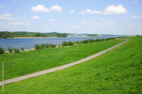 Foto Altes Land an der Elbe mit Blick auf Blankenese, Hamburg