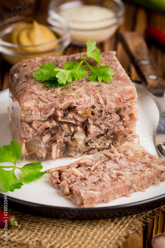 Photo Jelly with meat, beef aspic, traditional Russian dish, portion on plate, mustard