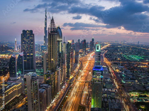 Photo  Busy Sheikh Zayed Road in the evening