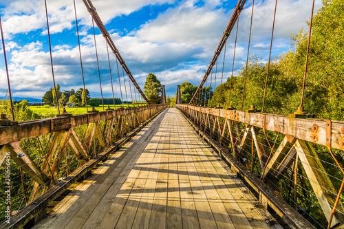 Zawieszony drewniany most