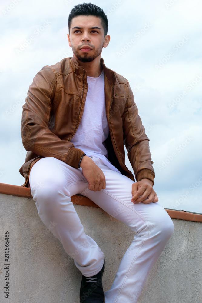 4eb5ca271908e Photo   Art Print chico joven sentado en cornisa con chaqueta marron  posando