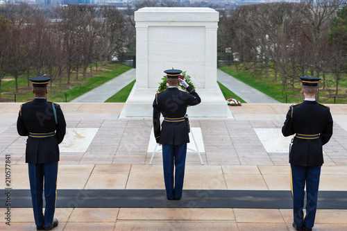 Fotografía  Changing of the Guard at Tomb of the Unknowns, Arlington National Cemetery, Wash