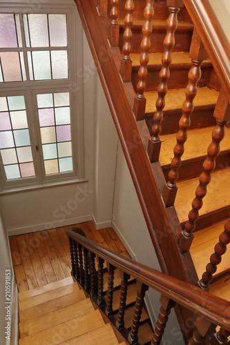 cage d\'escalier intérieur maison ancienne en bois décapé - Buy this ...