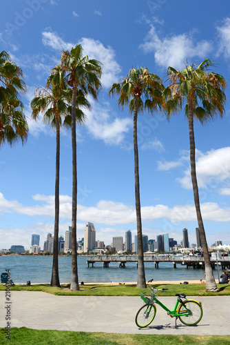 Poster Lieux connus d Amérique Skyline of San Diego, California with blue skies