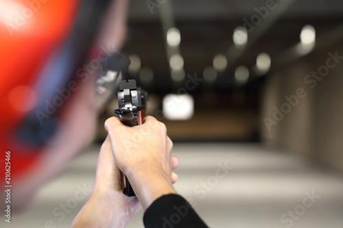 Obraz Strzelnica. Mierzenie do papierowej tarczy na strzelnicy. - fototapety do salonu