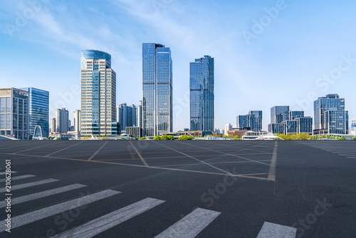 Photo  Air highway asphalt road and office building of commercial building in modern ci